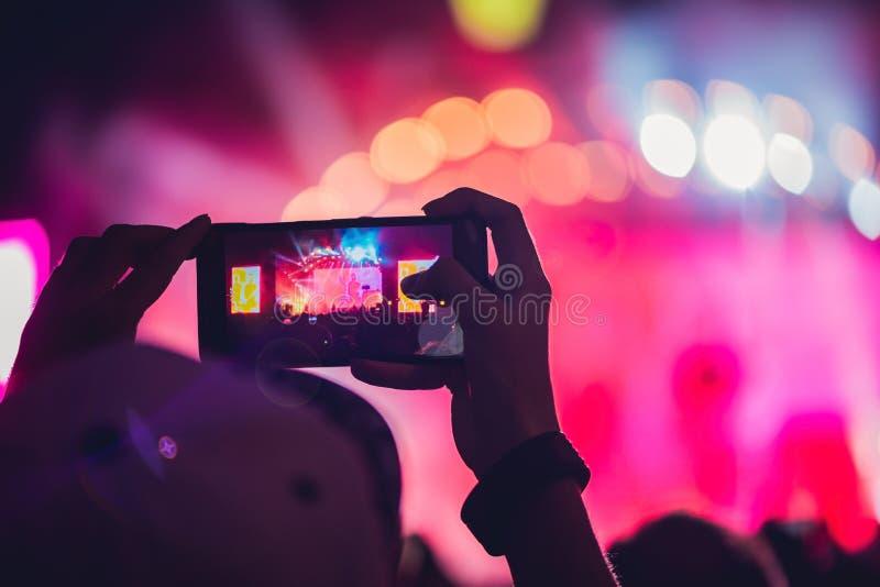 Ludzie cieszy się rockowego koncert z telefonem komórkowym a i bierze fotografie obraz royalty free