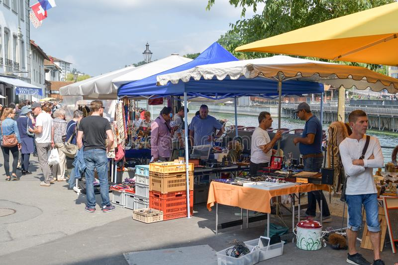 Ludzie cieszy się tradycyjnego rynek w Luzern, Szwajcaria na pogodnej Sobocie obraz royalty free