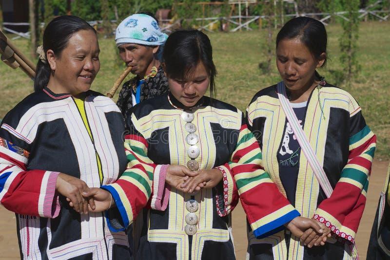 Ludzie Czarny Lahu wzgórza plemię jest ubranym tradycyjne plemienne suknie w Mae Hong wykonują tradycyjnego tana, Tajlandia obrazy royalty free