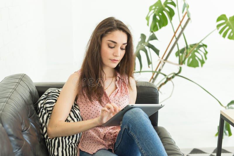 Ludzie, czas wolny i technologii pojęcie, - młoda kobieta używa pastylkę w domu zdjęcia stock
