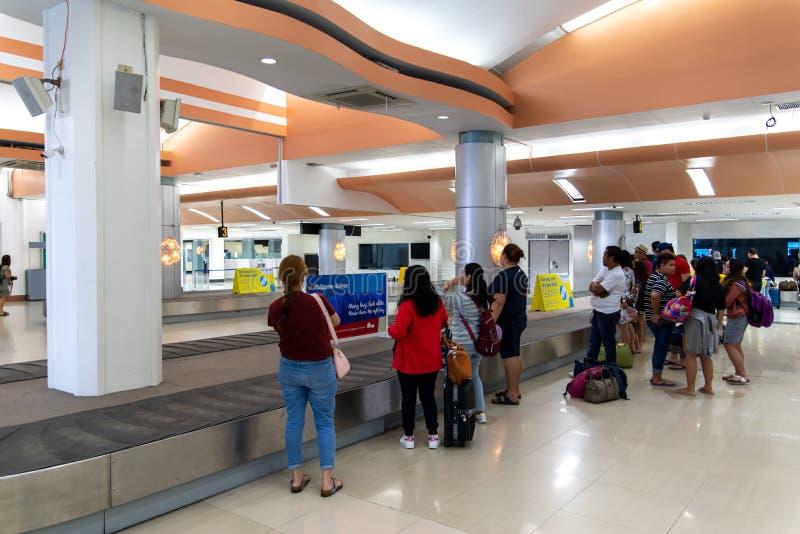 Ludzie czekać na bagaż przy Clark Lotniskowy Śmiertelnie, Angeles, Filipiny Dec 25, 2018 fotografia stock
