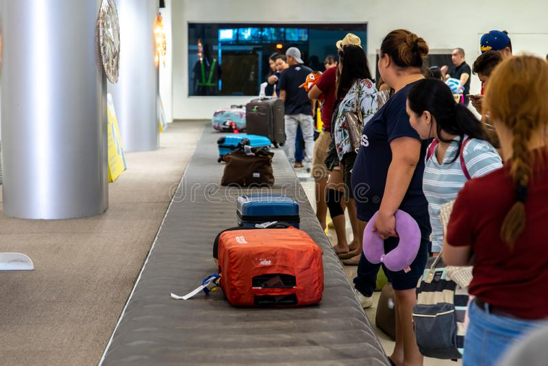 Ludzie czekać na bagaż przy Clark Lotniskowy Śmiertelnie, Angeles, Filipiny Dec 25, 2018 fotografia royalty free