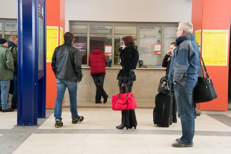 Ludzie przy biletowym kontuarem zdjęcia royalty free