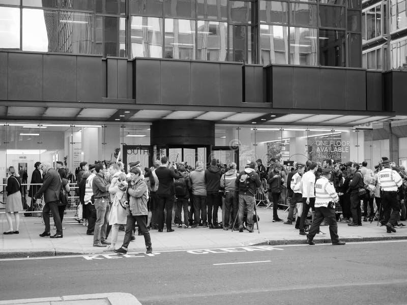 Ludzie czeka Corbyn w Londyński czarny i biały obraz royalty free