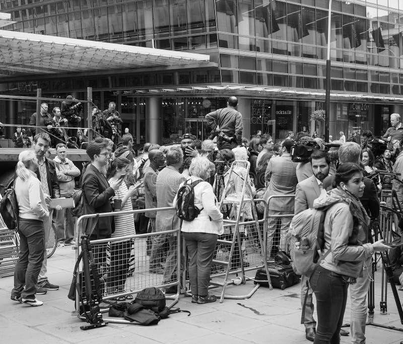 Ludzie czeka Corbyn w Londyński czarny i biały obrazy stock