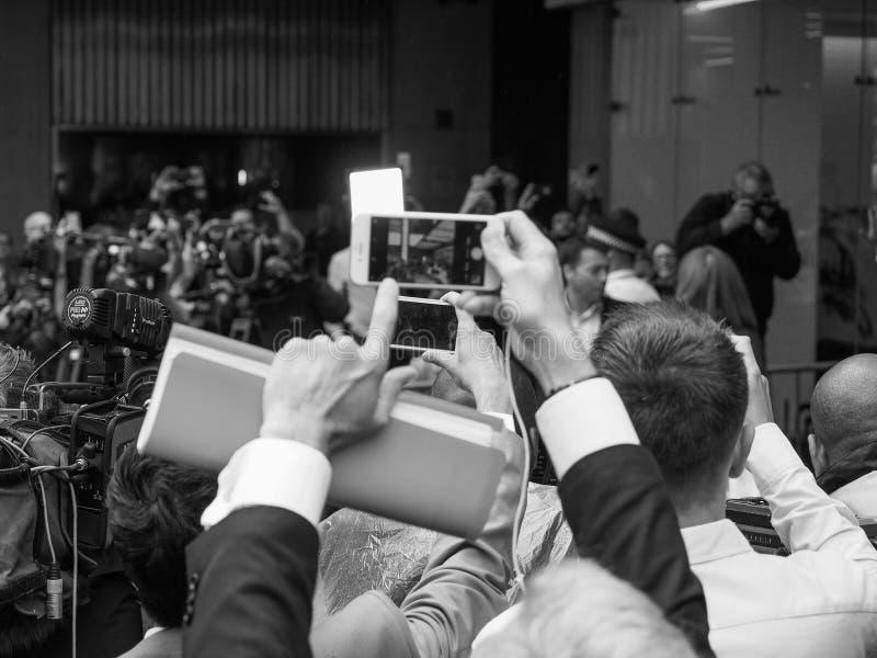 Ludzie czeka Corbyn w Londyński czarny i biały obrazy royalty free