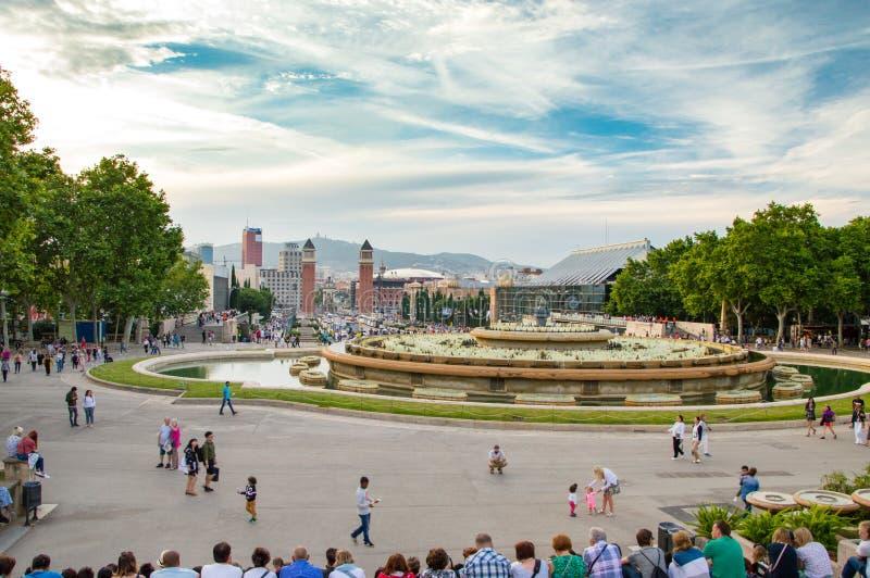 Ludzie czeka wodnej fontanny przedstawienie Magiczna fontanna Montjuic występ zdjęcia stock