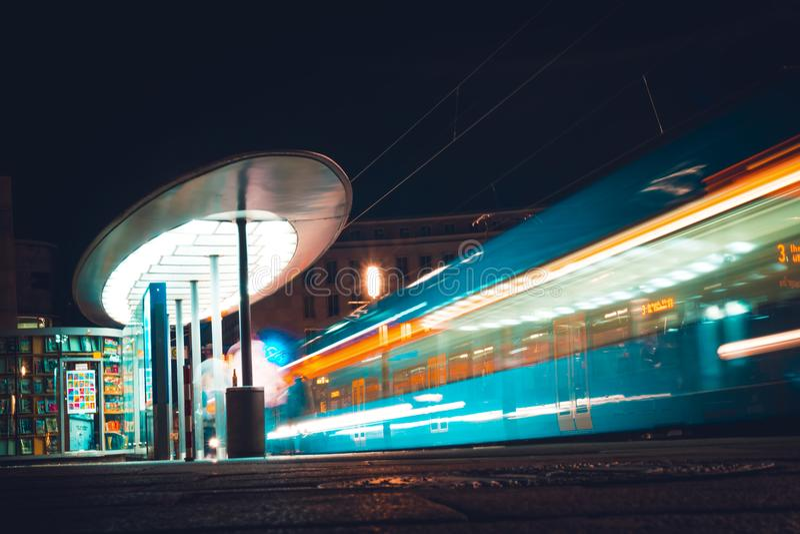 Ludzie czekają miasto tramwaj przy nocą Niemcy, Kassel zdjęcie stock