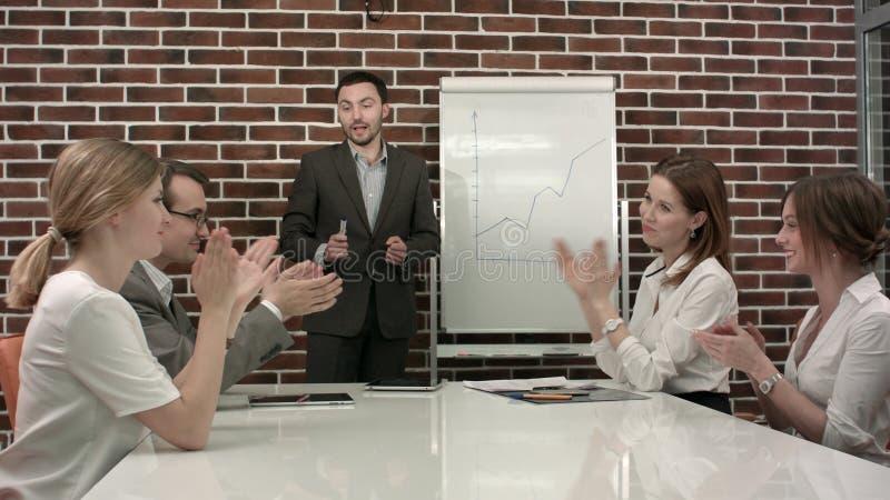 Ludzie daje aplauzowi po mowy biznesmen przy konferencją fotografia stock