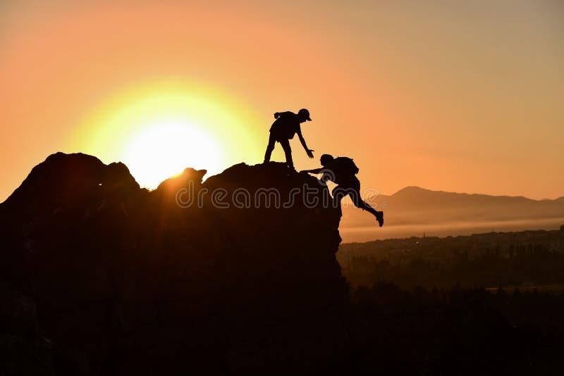 ludzie daje pomocy, poparciu i morale w górach, obraz royalty free