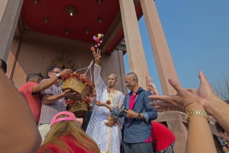 Ludzie darują daleko od i dają Przed kościół zdjęcia stock