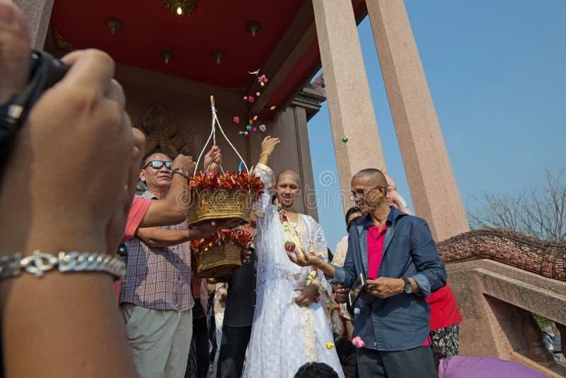Ludzie darują daleko od i dają Przed kościół fotografia royalty free