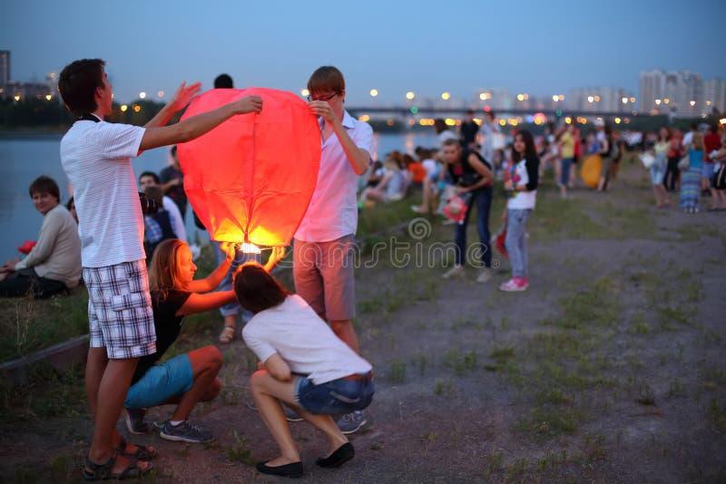 Ludzie dostają przygotowywającymi wszczynać komarnicy lampiony obraz stock