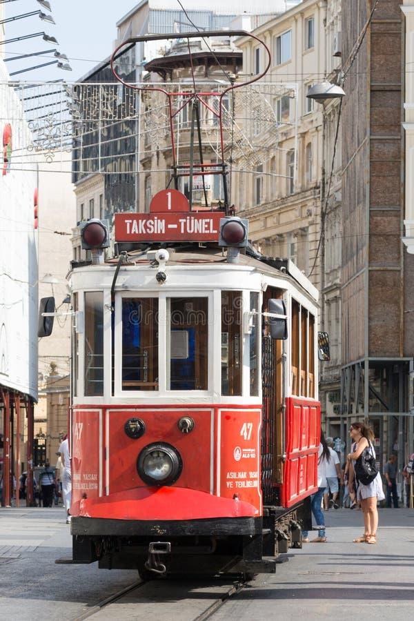 Ludzie dostaje na rocznika tramwaju w Beyoglu terenie obraz royalty free