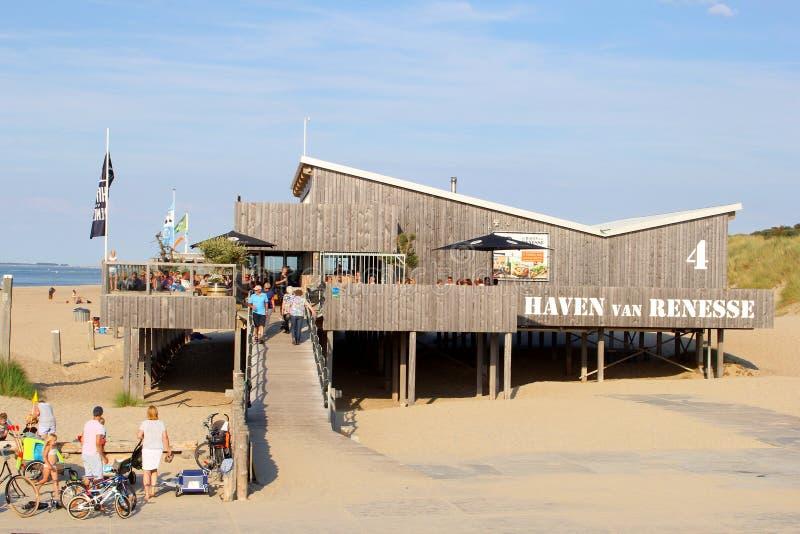 Ludzie drewnianego plażowego restauracyjnego morza, Renesse, Zeeland, holandie obrazy stock