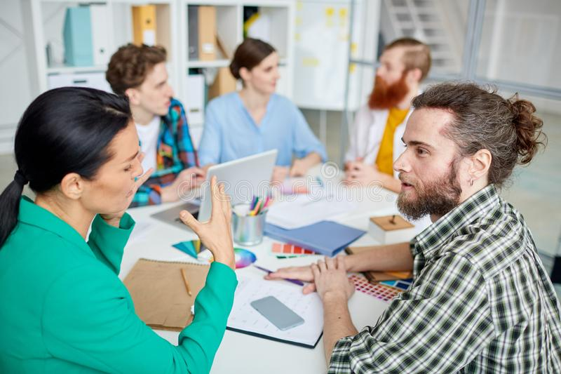 Ludzie dyskutuje przy spotkaniem obraz stock