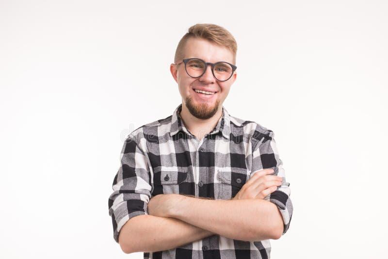 Ludzie, głupek i edukacji pojęcie, - Uśmiechnięty przystojny studencki mężczyzna w szkockiej kraty koszula, krzyżował ręki, nad b fotografia stock
