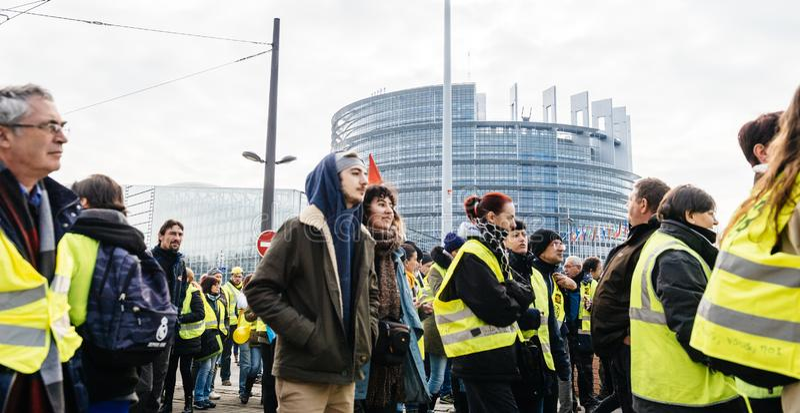 Ludzie Gilets Jaunes kamizelki Żółtego protesta w parlamencie europejskim zdjęcie stock