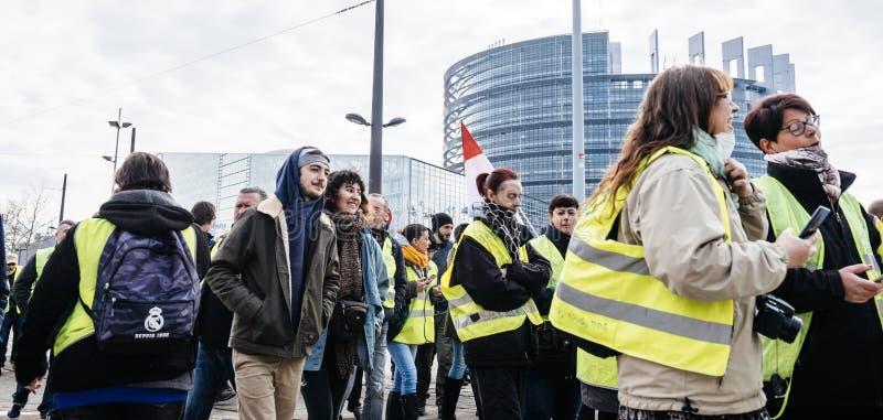 Ludzie Gilets Jaunes kamizelki Żółtego protesta w parlamencie europejskim zdjęcia stock