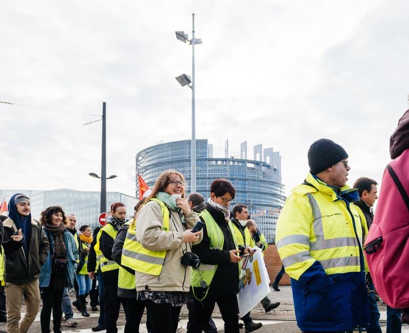 Ludzie Gilets Jaunes kamizelki Żółtego protesta w parlamencie europejskim obraz royalty free