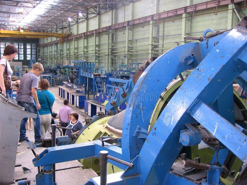 Ludzie gości przychodzili fabryka warsztat na wycieczce turysycznej widzieć przemysłową pracę przy samolot fabryką w Novosibirsk  zdjęcie stock