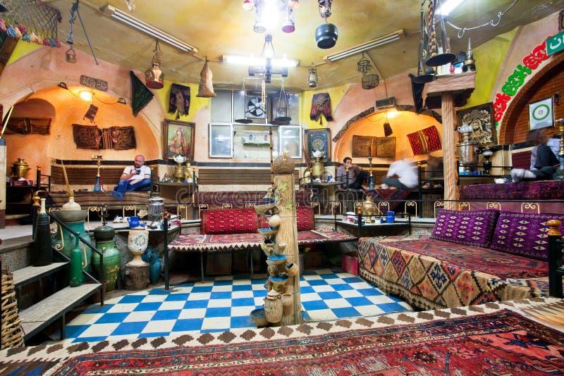 Ludzie gościa restauracji w kawiarnia domu z starymi dywanami, rocznika meble i sztukami, zdjęcia stock