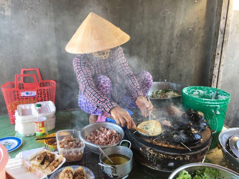 Ludzie gotuje ulicznych foods w Vung Tau, Wietnam obraz stock