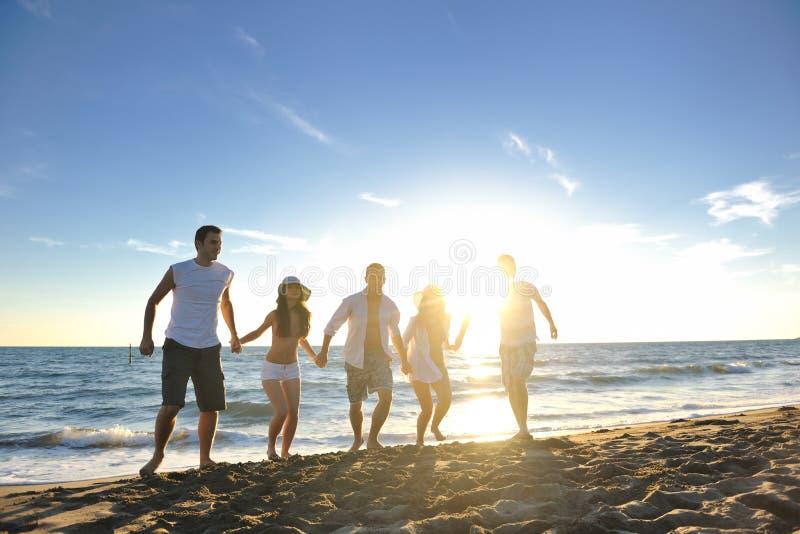 Ludzie grupują bieg na plaży obrazy stock