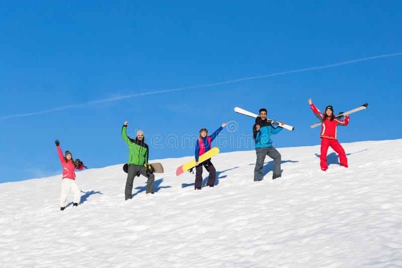 Ludzie Grupują Z Snowboard I ośrodka narciarskiego Śnieżnej zimy Halnymi Rozochoconymi przyjaciółmi fotografia stock