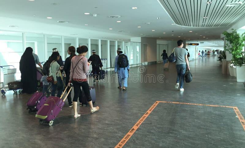 Ludzie iść abordaż bramy przy Dębnym syna Nhat lotniskiem, Saigon, Wietnam zdjęcia stock
