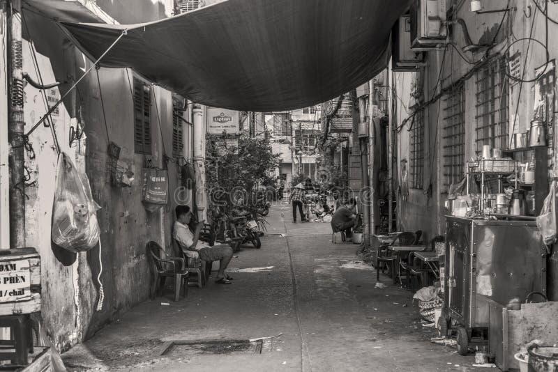 Ludzie iść dalej z ich życiami w małej alei Ho Chi Minh miasto, Wietnam obrazy stock