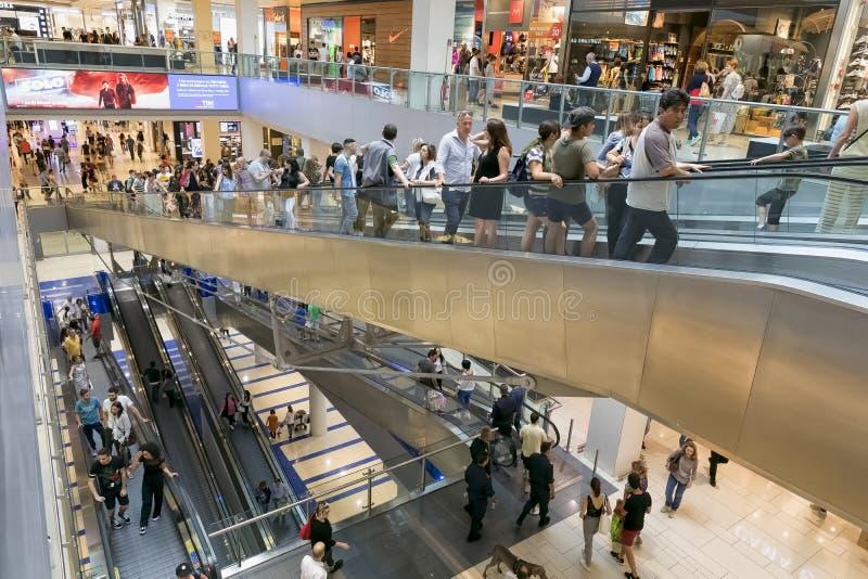 Ludzie iść robić zakupy przy centrum handlowym obrazy stock
