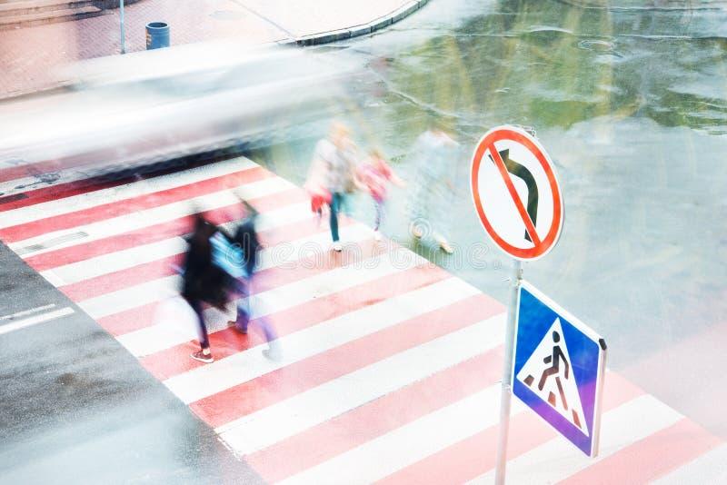 Ludzie iść rozdroża przy zwyczajnym skrzyżowaniem fuzzy ruch zdjęcia royalty free