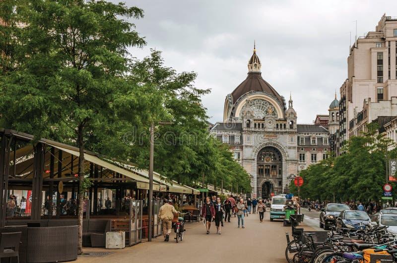 Ludzie i Środkowa dworzec fasada w Antwerp obrazy stock