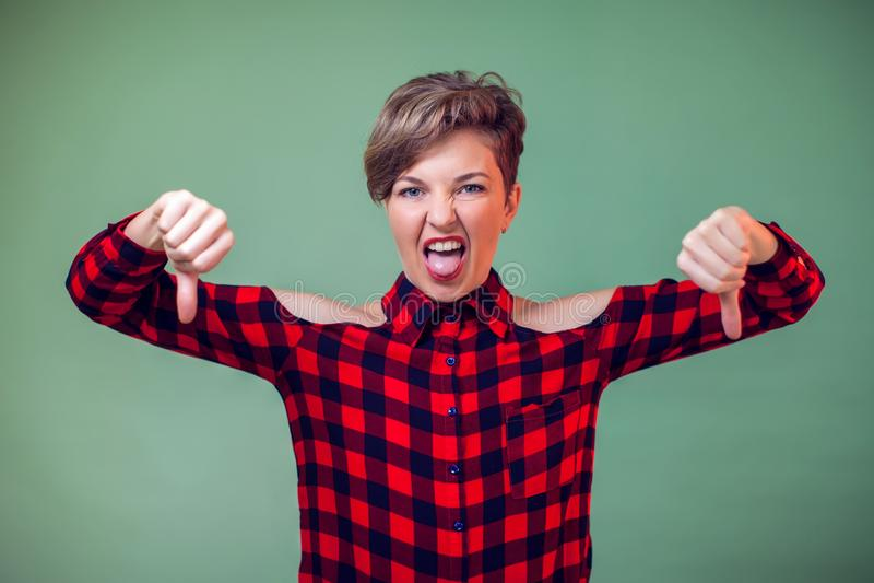 Ludzie i emocje - portret pokazuje kciuki szczęśliwa kobieta zestrzela gest obraz royalty free
