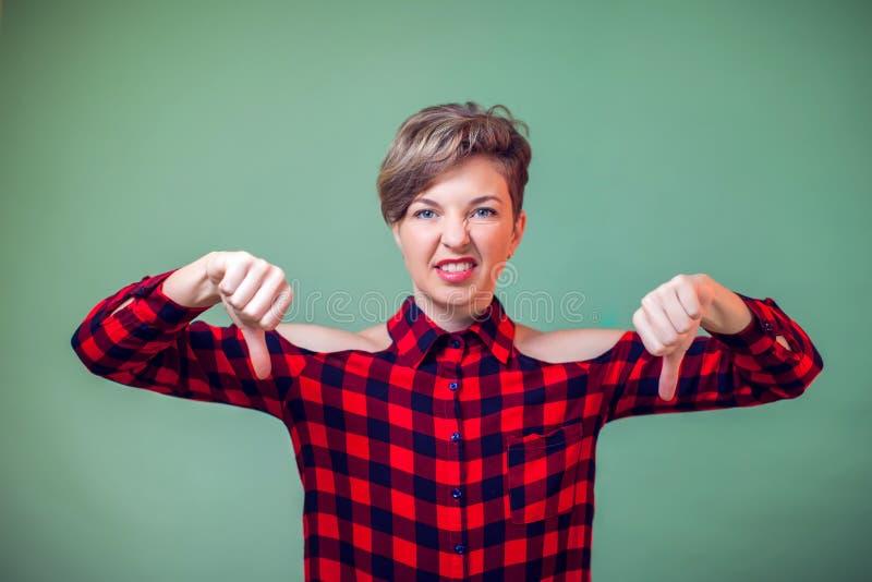 Ludzie i emocje - portret pokazuje kciuki szczęśliwa kobieta zestrzela gest zdjęcie royalty free