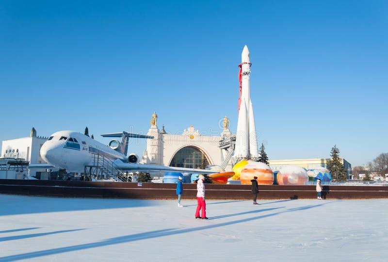 Ludzie i lodowy lodowisko przeciw rakiecie 22 i samolotowi 01 2019 obrazy stock