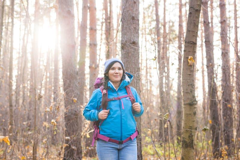 Ludzie i natury pojęcie - portret kobieta wycieczkuje w lesie z plecakiem obrazy stock