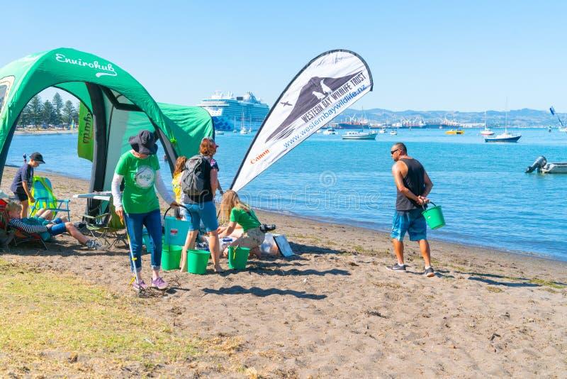 Ludzie i organisations na pilocie Trzymać na dystans dla podwodnego i plażowego porządkowania obraz stock