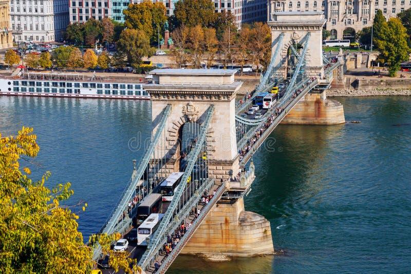 Ludzie i pojazdy używać &-x27; Łańcuszkowy Bridge&-x27; , który był most budował przez Danube rzekę zdjęcia royalty free
