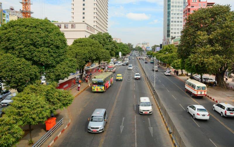 Ludzie i samochody na ulicach w Mandalay obrazy stock