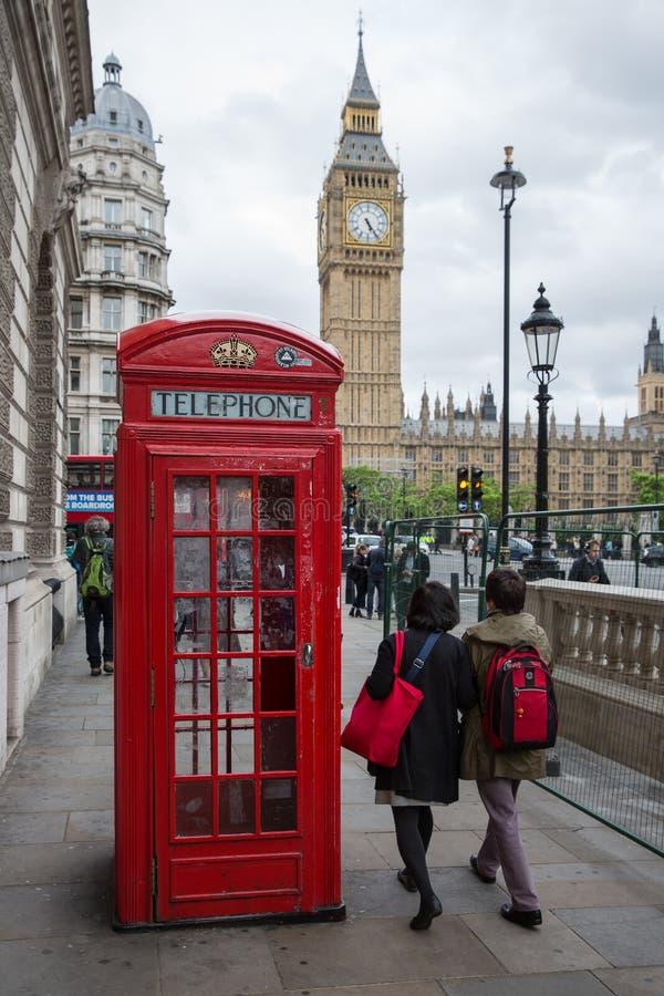 Ludzie i telefoniczny budka blisko Big Ben w Londyn, UK zdjęcie stock