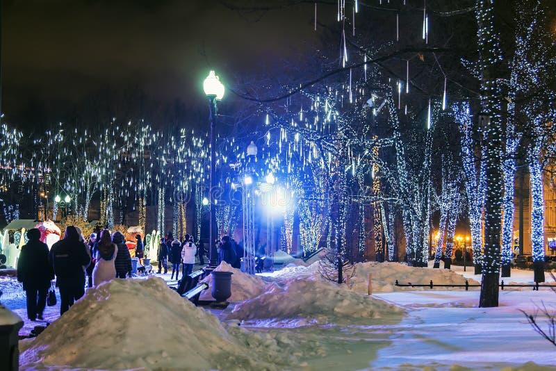 Ludzie i turyści chodzą wzdłuż Moskwa dekorowali dla nowego roku fotografia stock
