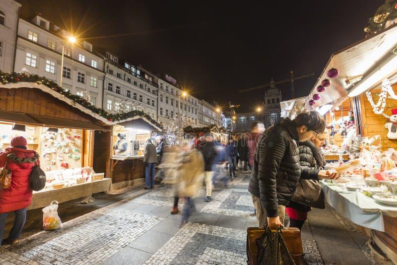 2017 - Ludzie i turyści odwiedza boże narodzenie rynki przy Wenceslas obciosują w Praga fotografia royalty free
