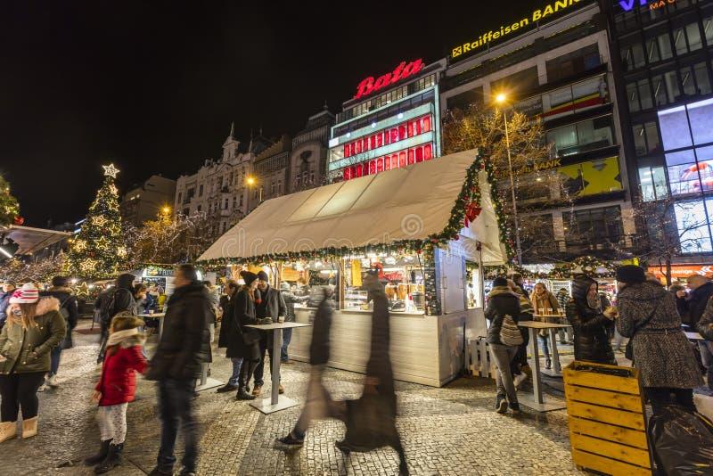 2017 - Ludzie i turyści odwiedza boże narodzenie rynki przy Wenceslas obciosują w Praga obraz stock