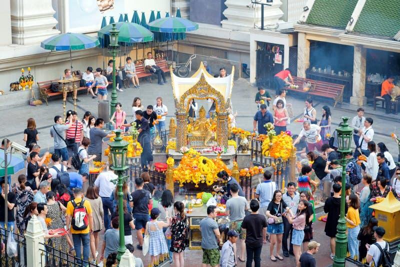 Ludzie i turyści podróżuje wiele płaskiego wynagrodzenie hołd Erawan świątynia zdjęcia stock