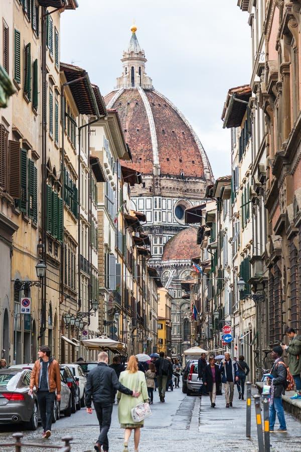 Ludzie i widok Duomo synklina Przez dei Servi obrazy royalty free