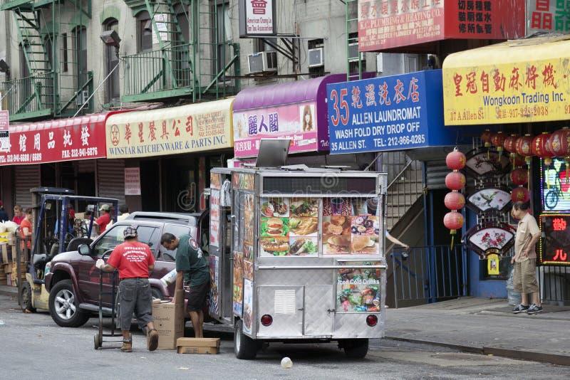 Ludzie i znaki na Allen ulicie w Chinatown Manhattan nowy York obrazy royalty free