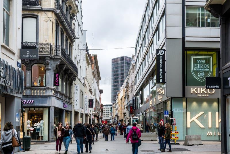 Ludzie idący ulicą zakupową Rue Neuve, z dużymi centrami handlowymi z domami zdjęcie royalty free