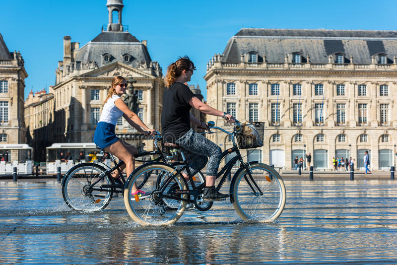 Ludzie jedzie bicykle w fontannie w bordach, Francja obrazy stock